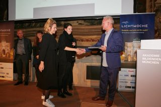 Juror und Lichtplaner Gerd Pfarré überreicht den 1. Preis