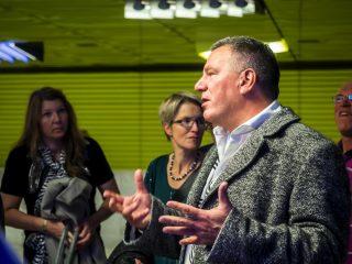 Lichtplaner Sebastian Utermöhlen vom Planungsbüro Ingo Maurer führte die Teilnehmer durch die U-Bahnstation Münchner Freiheit.