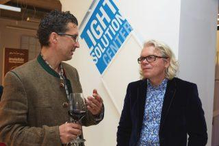 Ulrich Sattler (re.) hielt einen sehr lebendigen und spannenden Vortrag über seine Projekte und gab Einblicke in die Arbeit der Leuchtenmanufaktur.