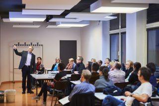 Porf. Herbert Plischke und Johannes Zauner präsentieren den Testraum »Arbeitsplatz – Lernen«